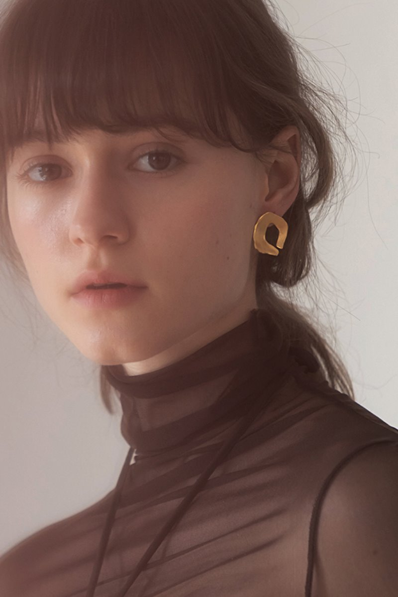 '004 COLLECTION' GOLD CONCAVE FRAGMENT EARRING